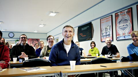 SMIL OG GLEDE: Statsminister Jens Stoltenberg (Ap) bes�kte Ut�ya under �yas 60-�rs jubileum. Han skulle tale ogs� i �r. Foto: Torbj�rn Gr�nning / Dagbladet