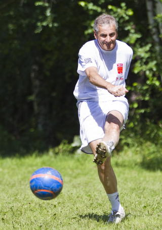 BES�KTE UT�YA: Utenriksminister Jonas Gahr St�re (Ap) i aksjon under en fotballkamp p� AUFs sommerleir p� Ut�ya torsdag. Foto: Vegard Gr�tt / Scanpix .