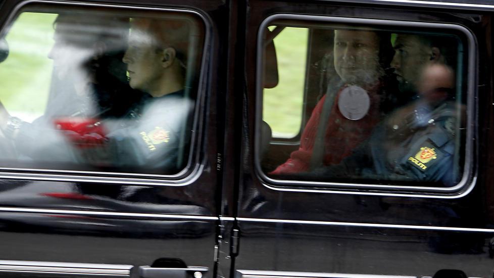 SMILTE: Men den siktede Anders Behring Breivik, her p� vei til Politihuset p� Gr�nland etter fengslingsm�tet i Oslo Tinghus, �nsket � lese manifestet sitt h�yt p� Ut�ya etter drapene. Foto: ERLING H�GELAND/Dagbladet