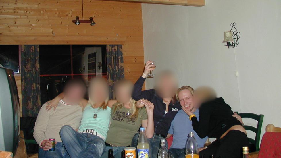 KL�R, PENGER, UTSEENDE: Anders Behring Breivik beskrives av venner som utseendefiksert og treningsopptatt. Han skal ha begynt � trene allerede p� ungdomsskolen. Han skal ogs� ha tatt anabole steroider da. Her er han p� fest med svenske ten�ringsjenter. Hans kamerater fra yngre �r forteller at Breivik fortalte om mange damer, men kameratene s� aldri noe til dem. Foto: Privat