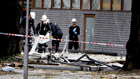 SIKRER OMR�DET: Politiet jobber fortsatt med � granske og sikre omr�det rundt Regjeringskvartalet. Foto: Lars Eivind Bones