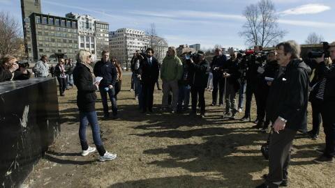 DEMONSTRERTE 9. APRIL: 9. april arrangerte NDL en demonstrasjon ved Akershus festning i Oslo. Flere pressefolk enn sympatis�rer dukket opp da medlemmene ville demonstrere mot sharia og islam. Etter terrorangrepene sier NDL de har skrinlagt planer om flere demonstrasjoner i Norge. Lena Andreassen (til venstre) er n� ute av organisasjonen. Foto: Erlend Aas / Scanpix