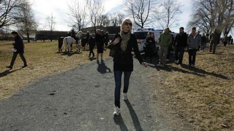HADDE KONTAKT: Lena Andreassen, fremst på dette bildet, har hatt kontakt med Breivik. Bildet er tatt på en demonstrasjon arrangert av Norwegian Defence League i Oslo i april. Dagbladet har ingen dokumentasjon på at andre på bildet har hatt Breivik-kontakt. Foto: Erlend Aas / Scanpix
