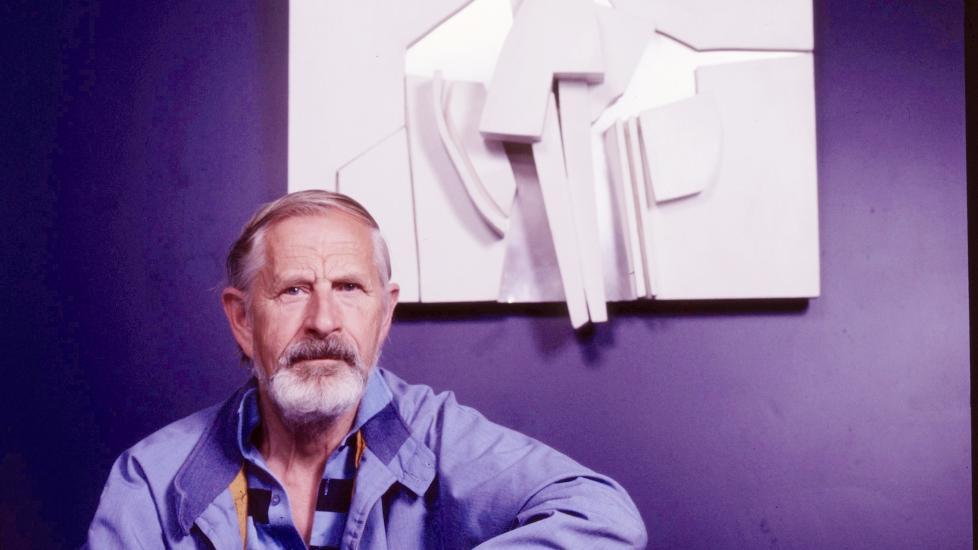 METALLENES BETVINGER: Kunstneren J�rleif Uthaug ble kalt metallenes betvinger. Han har laget over 40 monumentale kunstverk som pryder offentlige rom og institusjoner over hele Norge. Foto fra boka