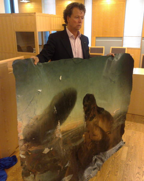-DESPERATE: Tidligere Nerdrum-elev Per Trygve Lundgren holder opp l�rerens legendariske, n� �delagte, kunstverk. Mobilfoto: Jonas Pettersen