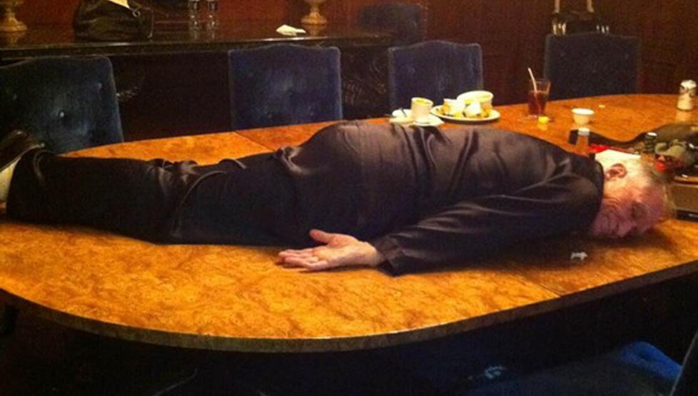SE, HAN PLANKER: Playboy-kongen Hugh Hefner (85) har hevet seg p� den ungdommelige planking-trenden. Foto: Stella Pictures