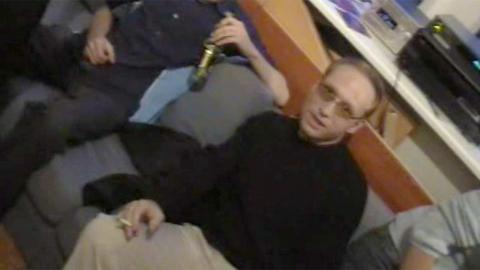 SMILER TIL KAMERA: Videofilmen viser en festglad Anders Behring Breivik. Foto: Skjermdump.