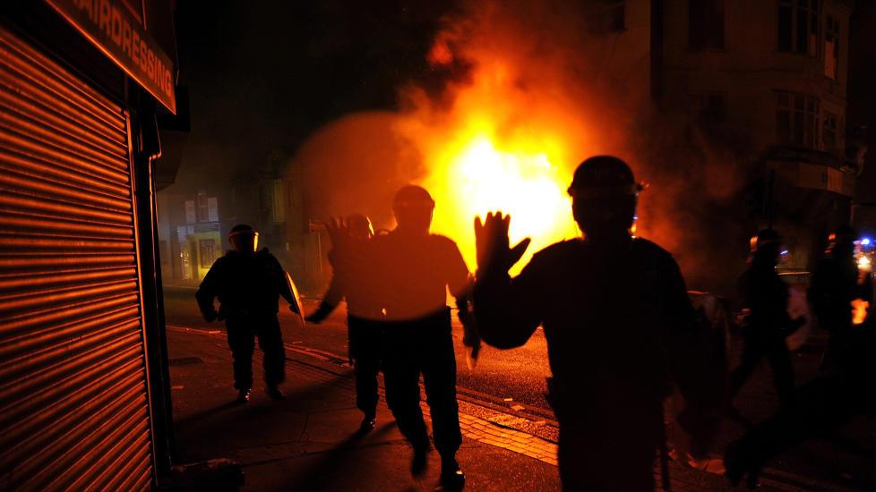 I BRANN: Brannmenn fors�ker � f� kontroll over en brann i Croydon s�r i London i g�r kveld. Foto: REUTERS/Dylan Martinez/Scanpix