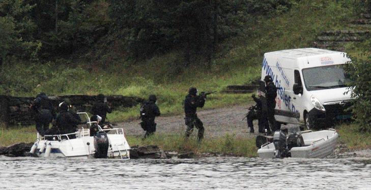 VIRKELIGHET: Delta-troppen og tjenestemenn fra Nordre Buskerud politidistrikt g�r i land p� Ut�ya klokka 18.25 fredag 22. juli. Foto: JAN BJERKELI / REUTERS / SCANPIX