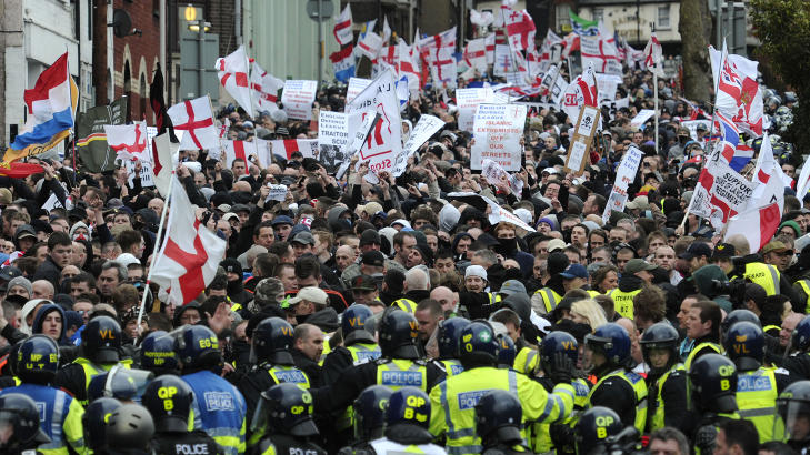 ARRANGERE STORE DEMONSTRASJONER I ENGLAND: English Defence League holder stadig demonstrasjoner mot islam i England. På det meste har de samlet 3000 demonstranter. Flere norske medlemmer har deltatt i disse, blant annet Anders Behring Breivik. FOTO: AFP PHOTO/CARL COURT