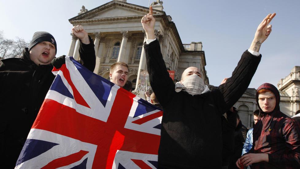 DELTOK PÅ EKSTREMISTDEMONSTRASJON I ENGLAND: Ifølge flere medlemmer i English Defence League var Breivik til stede under den nederlandske høyreradikale politikeren Geert Wilders' besøk i London 5. mars 2010. EDL arrangerte støttedemonstrasjon for Wilders denne dagen med rundt 300 deltakere (bildet). Breivik skal ha deltatt. Han skal også ha møtt EDLs lederskap på reisen. Foto: AFP/CARL COURT