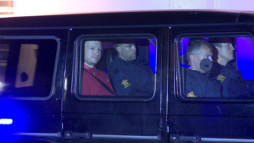 Hovedspørsmål: Anders Behring Breivik forlater Oslo tinghus etter fengslingsmøte. «Tilgang til våpen burde være et hovedspørsmål i denne saken», skriver kronikkforfatteren. Foto: Øistein Norum Monsen