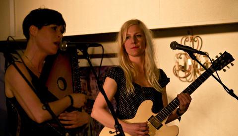 SKOLEVENNINNER: Hilde Marie Kjersem og Hedvig Mollestad Thomassen p� Vossa Jazz 2011. FOTO: TERJE MOSNES