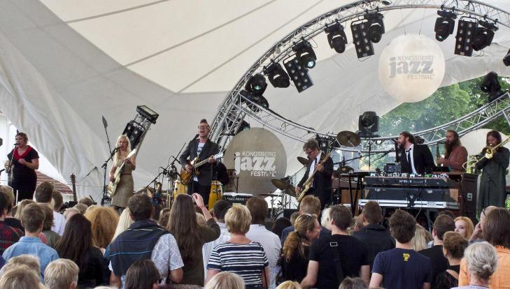 STORT BAND:  Hedvig Mollestad Thomassen med Jarle Bernhoft Band p� Kongsberg Jazzfestival i juli 2011. FOTO: TERJE MOSNES