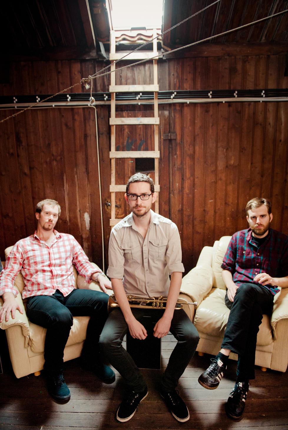 GUTTA P� LOFTET: Hayden Powell (midten) albumdebuterer som leder med �The Attic�, og sitter under takluka sammen med pianist Eyolf Dale (tv) og bassist Jo Skaansar. FOTO: HJEMMESIDE