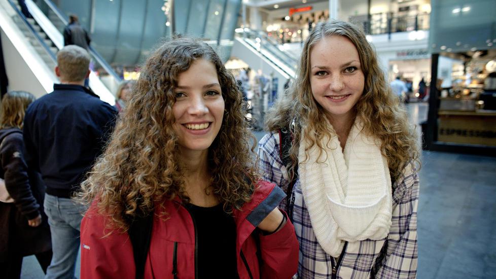 VELGER NETT: Cathinka S�rensen (16) og Henriette Fretheim Viksl�kken (16) ville valgt internett framfor TV. - hvis de m�tte. - Internett er nesten det samme som tv, sl�r Viksl�kken fast (t.h.). Foto: Lars EIvind Bones/Dagbladet