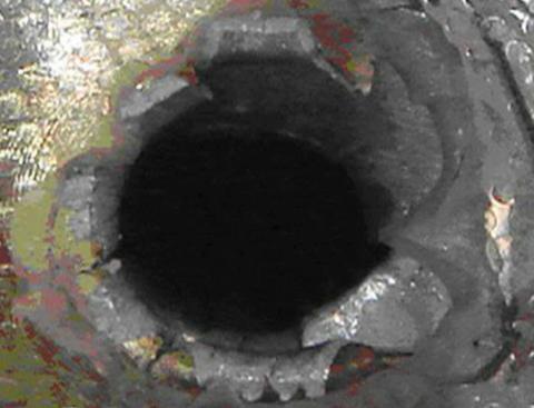 FARLIG: I 2007 ble romferjen Endeavour truffet av et lite objekt som laget et hull p� nesten �n cm. Foto: NASA