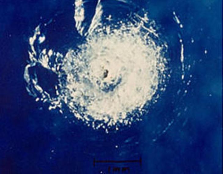 BITTESM� BITER MED STOR HASTIGHET: Et stort krater ble oppdaget i frontruta til romferjen Challenger i 1983 etter at den ble truffet av et malingflak. Foto: NASA