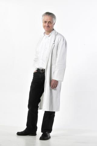 REISELEGE: Gunnar Hasle (56) er lege og zoolog, og driver Reiseklinikken i Oslo som har over 11 000 reisemedisinske konsultasjoner i �ret. Hasle kan svare p� alt om reisevaksiner, sykdommer man kan p�dra seg under reise, og hvilke sykdommer man b�r ta hensyn til n�r man skal ut og reise. Foto: HANS ARNE VEDLOG