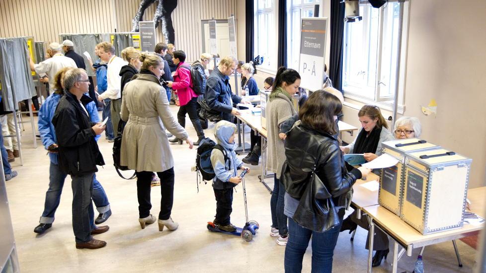 TRENGSEL: Ryktene fra valglokaler med godt framm�te spredde seg raskt i g�r, her Uranienborg skole i Oslo, men totalt var valgdeltagelsen ikke p� linje med forventningene. Foto: SCANPIX