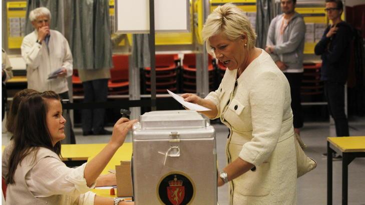 STEMTE: FrP-leder Siv Jensen avga sin stemme p� Norseter skole i g�r, men mange av hennes tidligere velgere ble trolig v�rende hjemme. Foto: Morten Holm / Scanpix