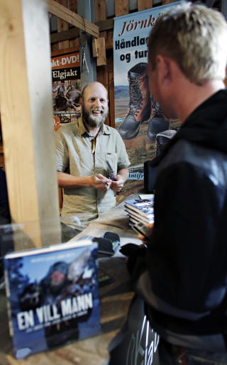 TREKKPLASTER: P� Villmarksmessa var Clausen et trekkplaster, og signerte b�de b�ker og DVDer. Foto: Frank Karlsen / Dagbladet