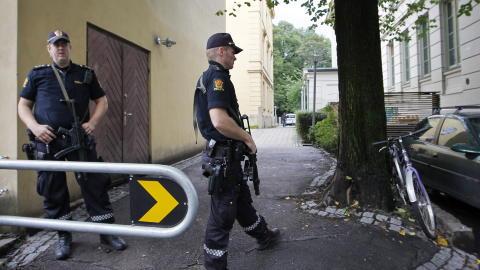 TERROR-ALARM:  Bevepnet politi tok oppstilling utenfor Litteraturhuset i Oslo tirsdag. PST fryktet et terrorattentat mot den danske karikaturtegneren Kurt Westergaard. Foto: H�kon Mosvold Larsen / Scanpix