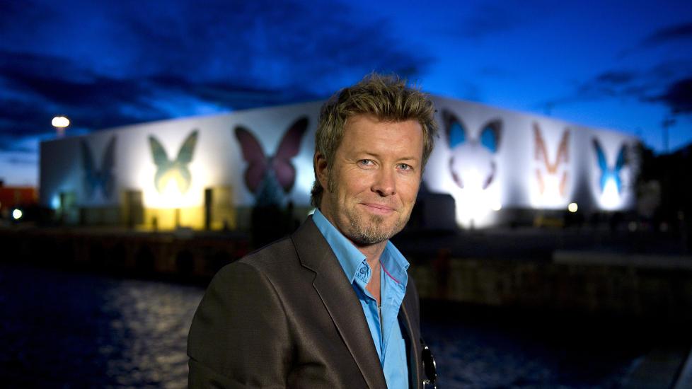 FORAN SOMMERFUGLENE: Magne Furuholmen var stolt av � vise fram Damien Hirsts bidrag til � pynte opp Tjuvholmen ved Aker Brygge i Oslo. Foto: �istein Norum Monsen / DAGBLADET