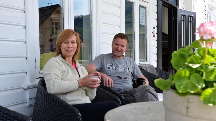 PUST I BAKKEN: Turid og Ove Hillesland sitter ofte p� terrassen p� Rosendal Turisthotell og ser utover Hardangerfjorden. Frisk luft, rosa pelargonier og en kopp gloheit kaffe er det som skal til for � hente seg inn. Foto: SIGNE SCHINELLER