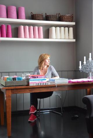 SVARTMALTE GULV: Dette rommet er butikk og showroom for Turid Hilleslands �Cosy Concept�. Foto: SIGNE SCHINELLER
