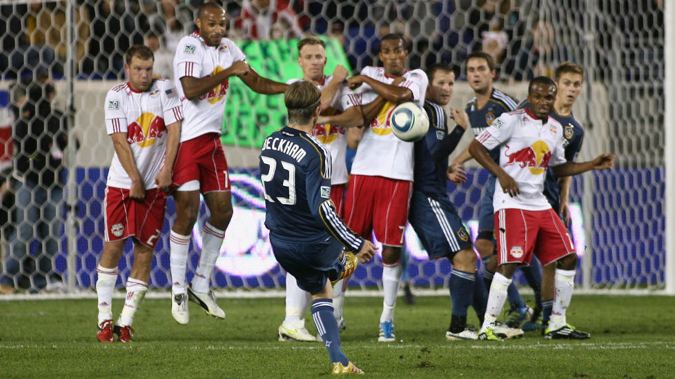 STOPPET BECKS: Thierry Henry, Jan Gunnar Solli og de andre New York-gutta ble for sterke for David Beckham og LA Galaxy i MLS-kampen i natt.Foto: SCANPIX/Andy Marlin/Getty Images/AFP