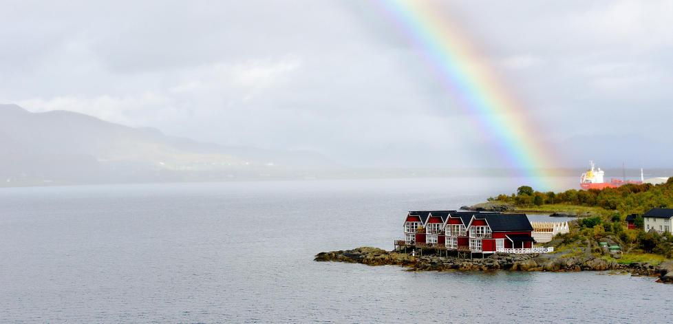 IDYLLISK: Hurtigrutestrekningen Troms�-Svolv�r er en av Norges vakreste. Her faller regnbuen over Hurtigrutens f�dested Stokmarknes. Foto: MORTEN STOKKAN