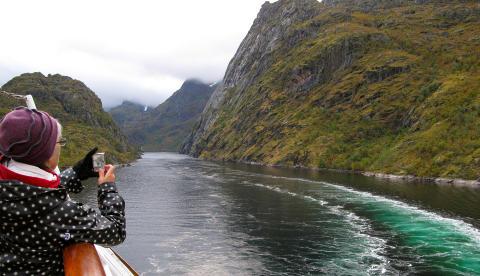 STORSL�TT: Turistene er imponert n�r MS �Midnatsol� er p� vei inn i den trange Trollfjorden.Foto: MORTEN STOKKAN