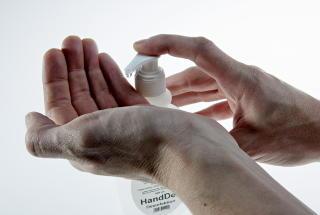 TIPS FOR � UNNG� H�STSYKDOMMENE1. Ha god hostehygiene. Dette er den vanligste m�ten � bli smittet p�, og det er derfor viktig � unng� og hoste i ansiktet p� noen.  2. Bruk engangs papirlommet�rkl�r n�r du hoster. Hvis du kaster disse etter bruk unng�r du � smitte andre. Dersom du ikke har papir lommet�rkl�r tilgjengelig b�r du bruke albuekroken.  3. Ha god h�ndhygiene. Vask hendene ofte, spesielt dersom du har hostet i dem.  4. Ha antibak tilgjengelig dersom du er p� et sted der det ikke er mulig � vaske hendene.  5. Hold deg borte fra arbeid, skole og barnehage hvis du blir syk. P� denne m�ten unng�r du � smitte andre.  6. Vaksiner deg. Vaksinasjon er det viktigste forebyggende tiltaket mot influensa.Kilde: FolkehelseinnstituttetFoto: Krister S�rb� / Dagbladet