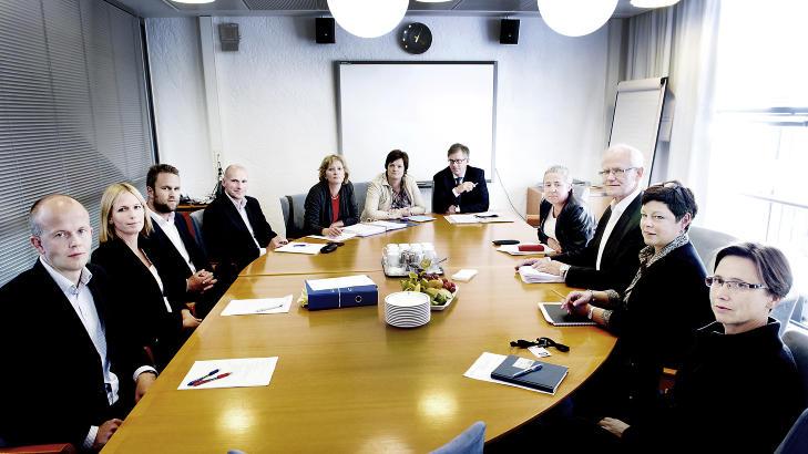 AKT�RER: Dette bildet av mange av akt�rene i terrorsaken er tatt i forbindelse med det f�rste m�te i forbindelse med forberedelsene av rettssaken. Fra venstre: Svein Holden (statsadvokat), Inga Beier Engh (statsadvokat), Odd Gr�n (medforsvarer), Geir Lippestad (forsvarer), Siv Hallgren (bistandsadvokat), Mette Yvonne Larsen (bistandsadvokat), Frode Elgsen (bistandsadvokat), Anne Margrethe Lund (dommer), Geir Engebretsen (sorenskriver), Nina Opsahl (Oslo tingrett) og Arnhild Olsen (Oslo tingrett) Foto: John T. Pedersen / Dagbladet