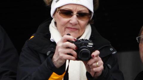 IVRIG FOTOGRAF: Dronning Sonja er kjent som en sv�rt kunnskapsrik kunstkjenner og en ivrig hobbyfotograf. N� debuterer hun som kunstner p� en utstilling i Sverige. Foto: Lise �serud / Scanpix