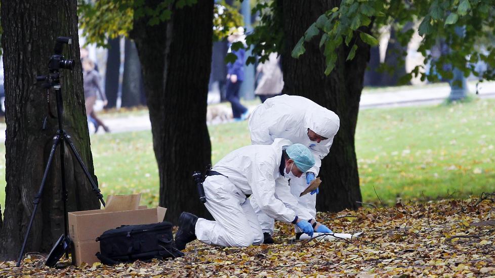 OVERFALT P� VEI HJEM: Sist helg ble to jenter overfalt og voldtatt i Oslo. Den ene var en 22 �r gammel jente som skilte lag med venninnene sine, og gikk alene igjennom Slottsparken. Antallet overfallsvoldtekter �ker, spesielt i Oslo. En gjennomgang Dagbladet har gjort viser at de fleste voldtektene skjer p� kveldstid i helgedagene. Foto: Erlend Aas/Scanpix