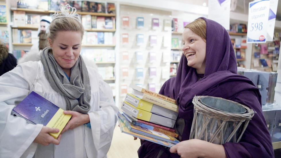 TIDLIG UTE: Kristin Helgens Bernes og Thea Woie var blant dem som kjøpte den nye ?bibeloversettelsen på lanseringsdagen 19. oktober.  ?Foto: Scanpix