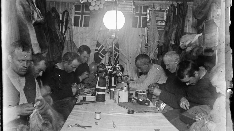 NY BIOGRAFI: Den nye biografien om Roald Amundsen er skrevet av Alexander Wisting, oldebarnet til Oscar Wisting, som var med p� ekspedisjonen til Sydpolen i 1911. Her er ekspedisjonsmedlemmene samlet i Framheim ved Hvalbukta i Antarktis: Olav Bjaaland, Sverre Hassel, Helmer Hanssen, Amundsen, Hjalmar Johansen, Kristian Prestrud og J�rgen Stubberud. Foto: NASJONALBIBLIOTEKET