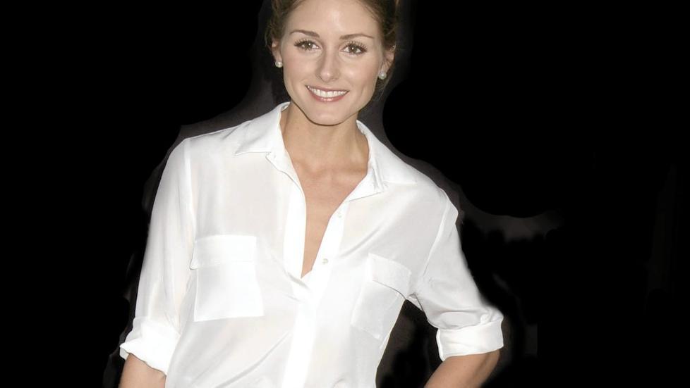 BLUSEFIN: Trendikonet Olivia Palermo er finfin i nydelig hvit bluse. Foto: Stella Pictures