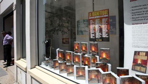 Hatet psykiatrien: B�ker av L. Ron Hubbard i vinduet p� et scientologisenter i Paris. �L. Ron Hubbard, mannen som skapte scientologien p� 1950-tallet, utviklet et sterkt hat til psykiatrien n�r den avviste hans angivelig revolusjonerende, men helt udokumenterte, oppdagelser om menneskesinnet�, skriver Andreas Heldal-Lund. Foto: AFP/Scanpix