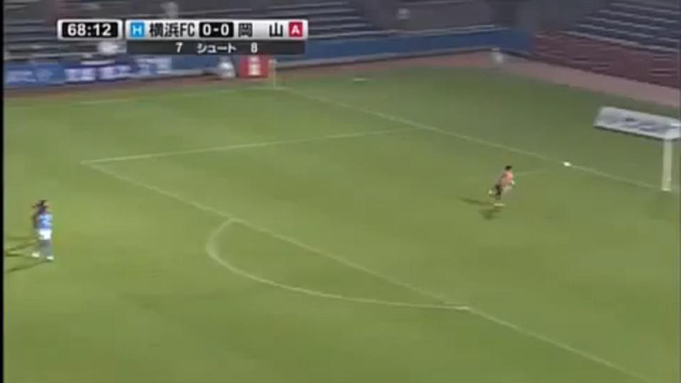 HER KAN SAMUELSEN MISTE VERDENSREKORDEN: Landslagskeeper Rune Jarstein kan nesten ikke tro at to spillere kan heade ballen i m�l fra 57 meter med s� kort mellomrom. Se videoen av det japanske m�let her.