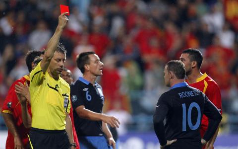 UTVIST: Rooney mistet besinnelsen og sparket ned Montenegros Miodrag Dzudovic. Foto: (AP Photo/Darko Bandic)