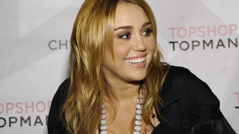 SL�R TILBAKE: Miley Cyrus vil ikke ha noe av � bli kalt feit, en benevnelse av stjerna de fleste vil finne heller idiotisk, og tar til Twitter for � snakke ut, b�de til fans og til kritikere. Foto: Stella Pictures