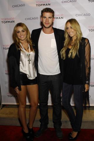 MED MAMMA OG KJ�RESTE: Kj�resten Liam Hemsworth og moren Tish Cyrus. Foto: Stella Pictures