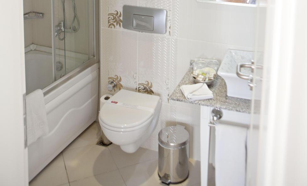 SKITTENT: Til � v�re et oppgradert rom skulle man kanskje tro at badet er noe st�rre enn at det knapt g�r an � snu seg, og boblebadekaret var p� ingen m�ter gjort rent.