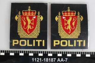 KLISTREMERKER: Disse emblemene skal Breivik har skannet inn og printet ut. De ble klistret p� skuldrene av den svarte overdelen han brukte i regjeringskvartalet og p� Ut�ya. Foto: Politiet