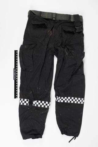 HJEMMELAGET II: Denne buksa ble brukt av Breivik i regjeringskvartalet og p� Ut�ya. P� beina har han klistret et rutem�nster for at det skal se ut som del av en slags politiuniform. Foto: Politiet