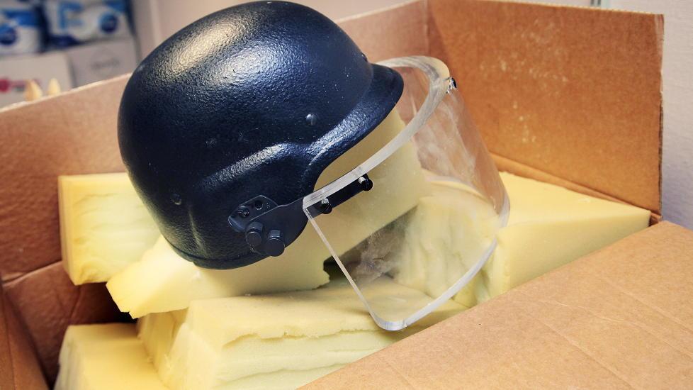 TUNG HJELM: Denne hjelmen ble brukt av Anders Behring Breivik under bombeangrepet i regjeringskvartalet. Den veier mellom fire og fem kilo. P� vei til Ut�ya la han den igjen i bilen.  Foto: Jacques Hvistendahl