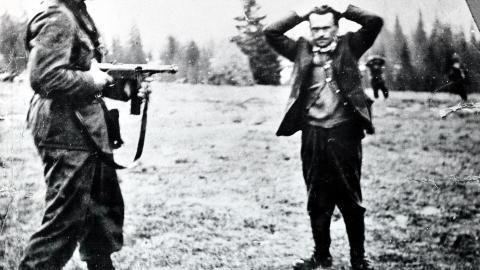 TATT TIL SLUTT: Rinnan og hans menn fors�kte � flykte til Sverige, men 14. mai ble de p�grepet like ved grensen.